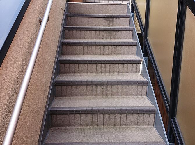 埼玉県川口市アパートの外階段塗装・長尺シート工事の施工前