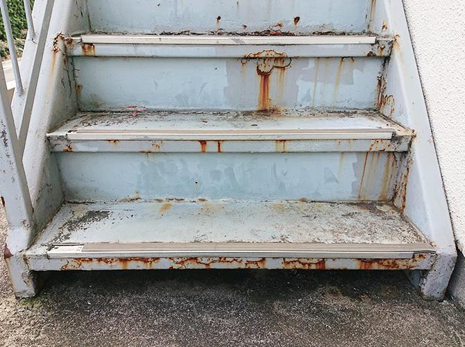 東京都渋谷区アパートの外階段塗装・長尺シート工事の施工前