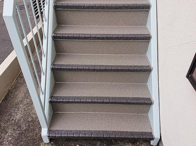 東京都渋谷区アパートの外階段塗装・長尺シート工事の施工後