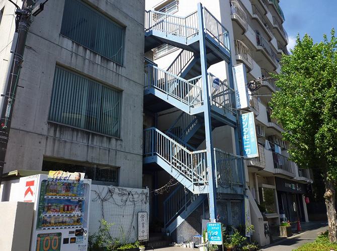 東京都日野市ビルの鉄骨階段塗装・長尺シート工事の施工前
