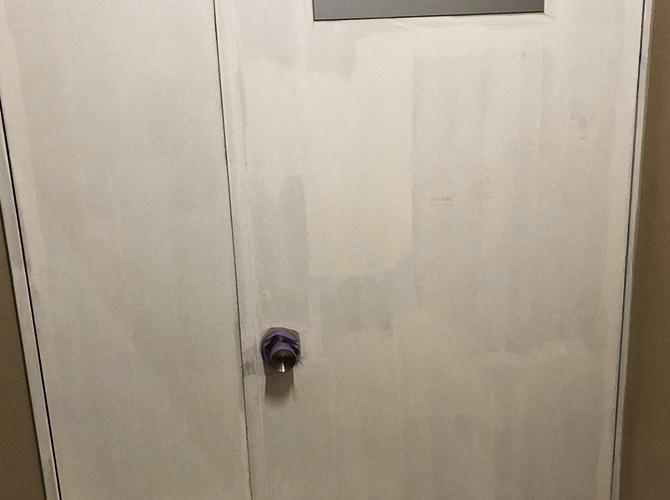 鉄扉の下塗り後