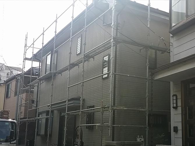 塗装工事前に足場を設置します。