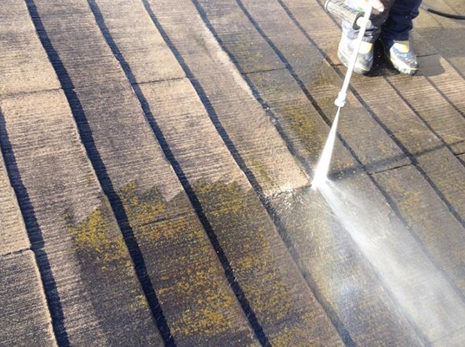 屋根の汚れや苔などを洗浄します。