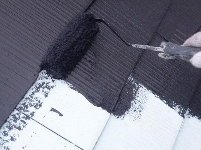 屋根塗装の中塗りを施工します。