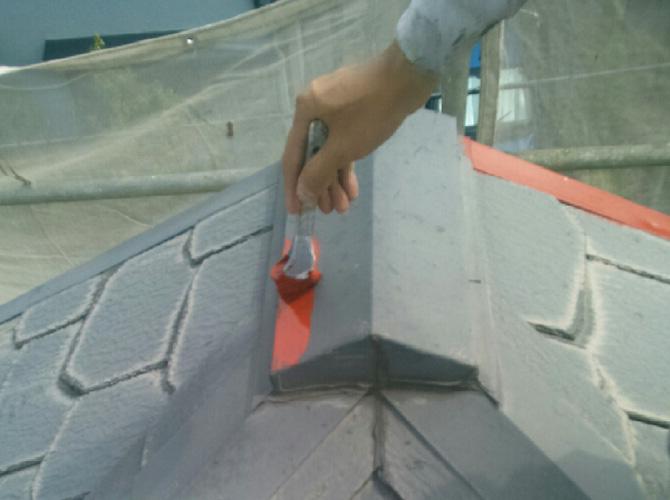 屋根の鉄部はケレンやサビ止めを施工します。