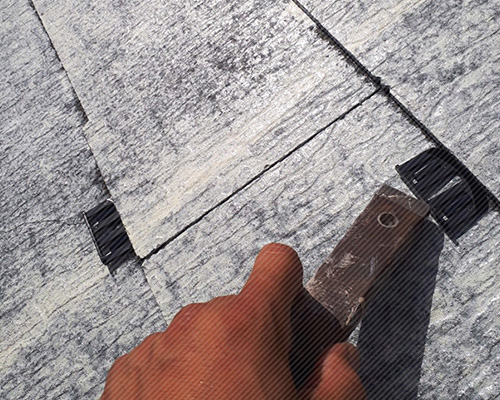 屋根塗装工事のタスペーサー設置