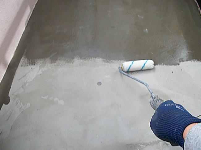 バルコニー防水工事のプライマー塗布