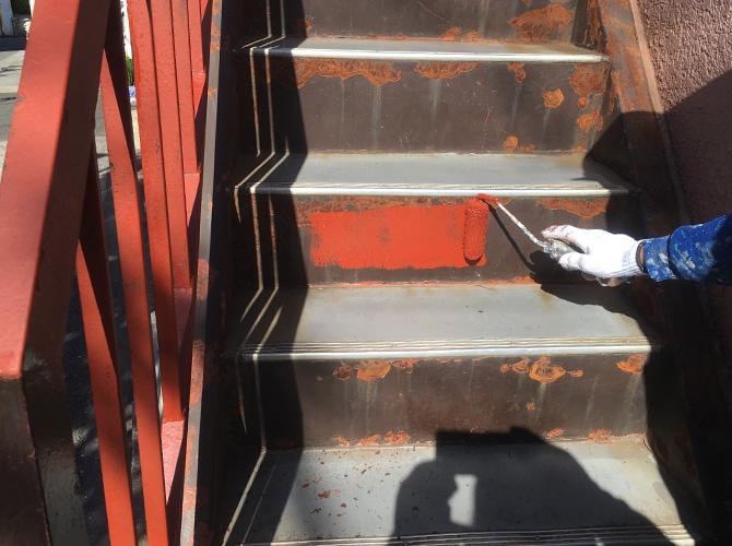 鉄骨階段のサビ止め塗料塗装中