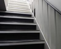東京都中央区店舗ビルの階段・ドア塗装工事の施工事例