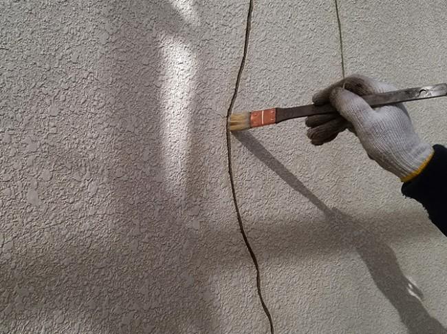 外壁のクラック処理のシーリング充填前のプライマー塗布中