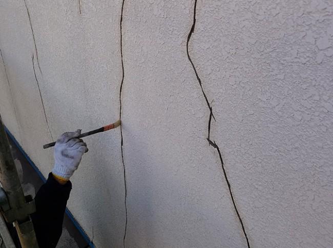 外壁クラック部分のプライマー塗布中