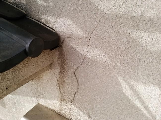 外壁のひび割れ状況