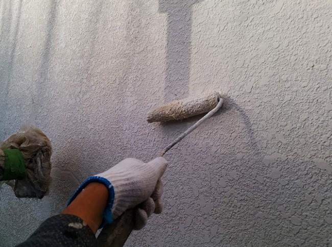 外壁クラック処理後の下塗り施工中