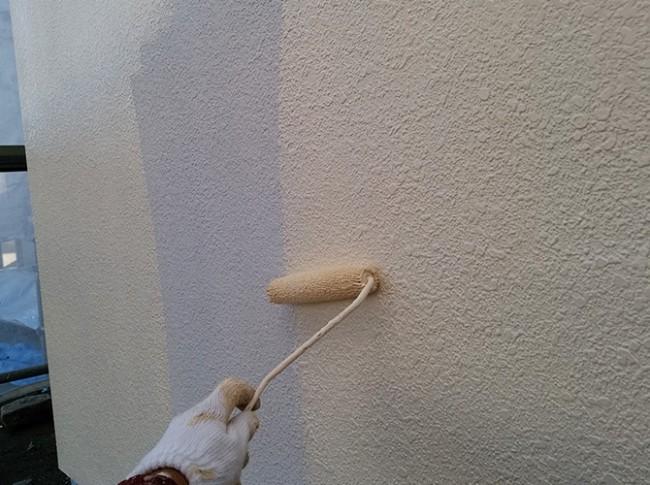 外壁ひび割れ補修後の中塗り施工中