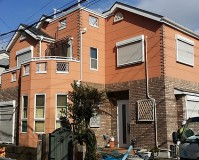 神奈川県横須賀市のオレンジ色の外観の戸建住宅の外壁塗装・屋根塗装工事の施工事例