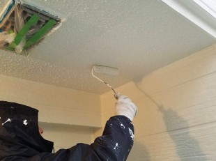 塗装職人の軒天井塗装