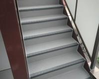 東京都北区ビルの共用階段長尺シート工事の施工事例(2020/05/19)